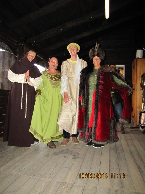 w trakcie zwiedzania zamku w Gniewie odwiedziliśmy  historyczny dom mody ( od lewej Stanecka Anna, Mazurek Lucyna, Paś Krystian, Kucharska Adrianna ).