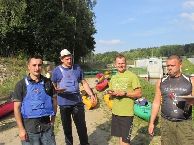 spływ kajakowy rzeką Wierzyca ( od lewej Mroczyński Jarosław, Paluszkiewicz Dariusz, Kowalik Adam, Della-Valle Artur ).
