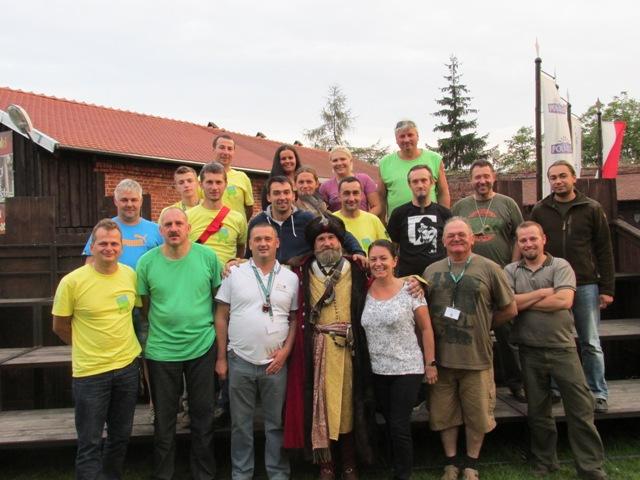 wspólne zdjęcie uczestników rajdu z Nadleśnictwa Smolarz  z Jarosławem Struczyńskim  kasztelanem zamku w Gniewie.