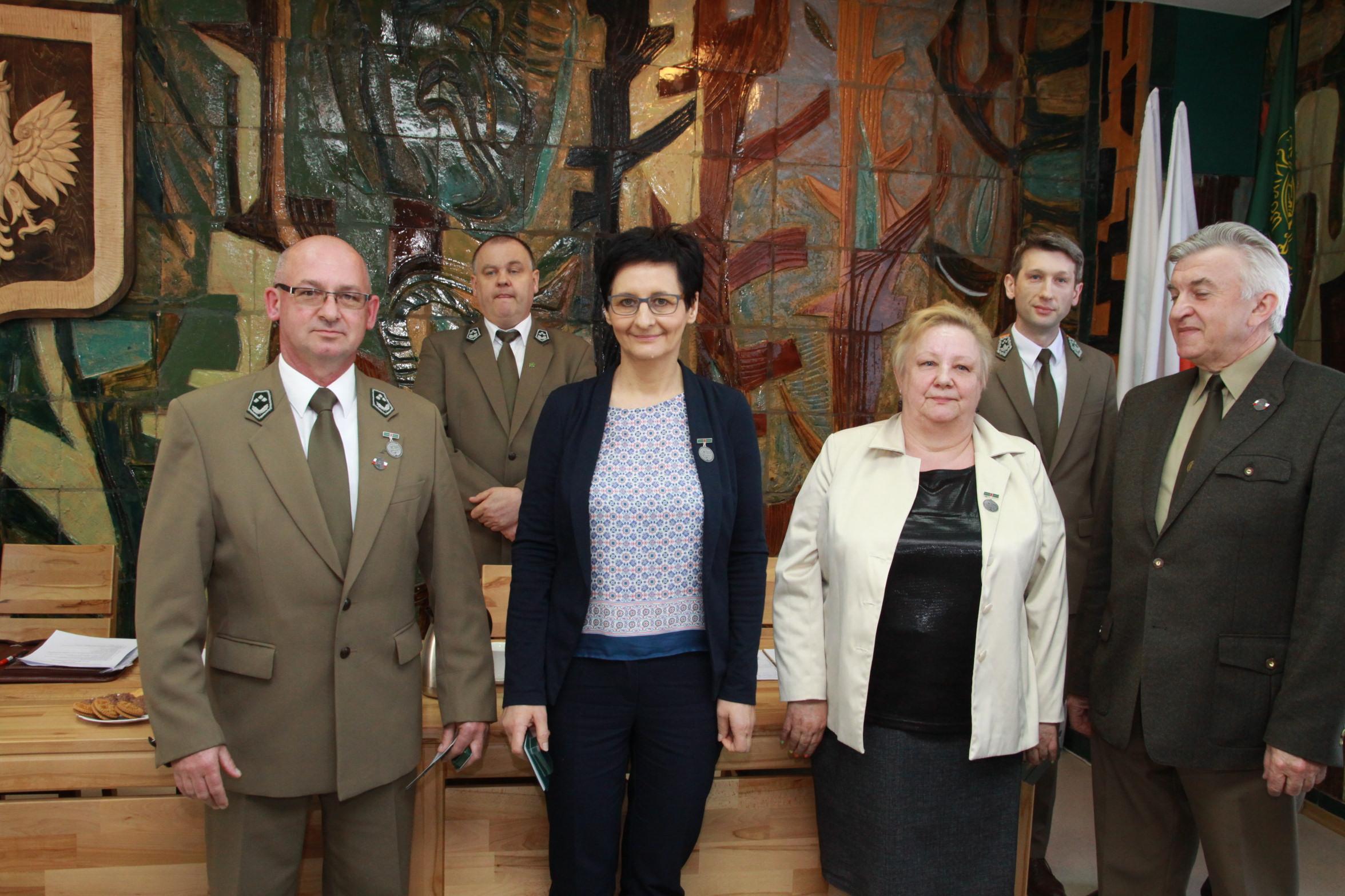 Fot. 2 Odznaczeni Srebrną Odznaką Zasłużony dla Leśników Polskich
