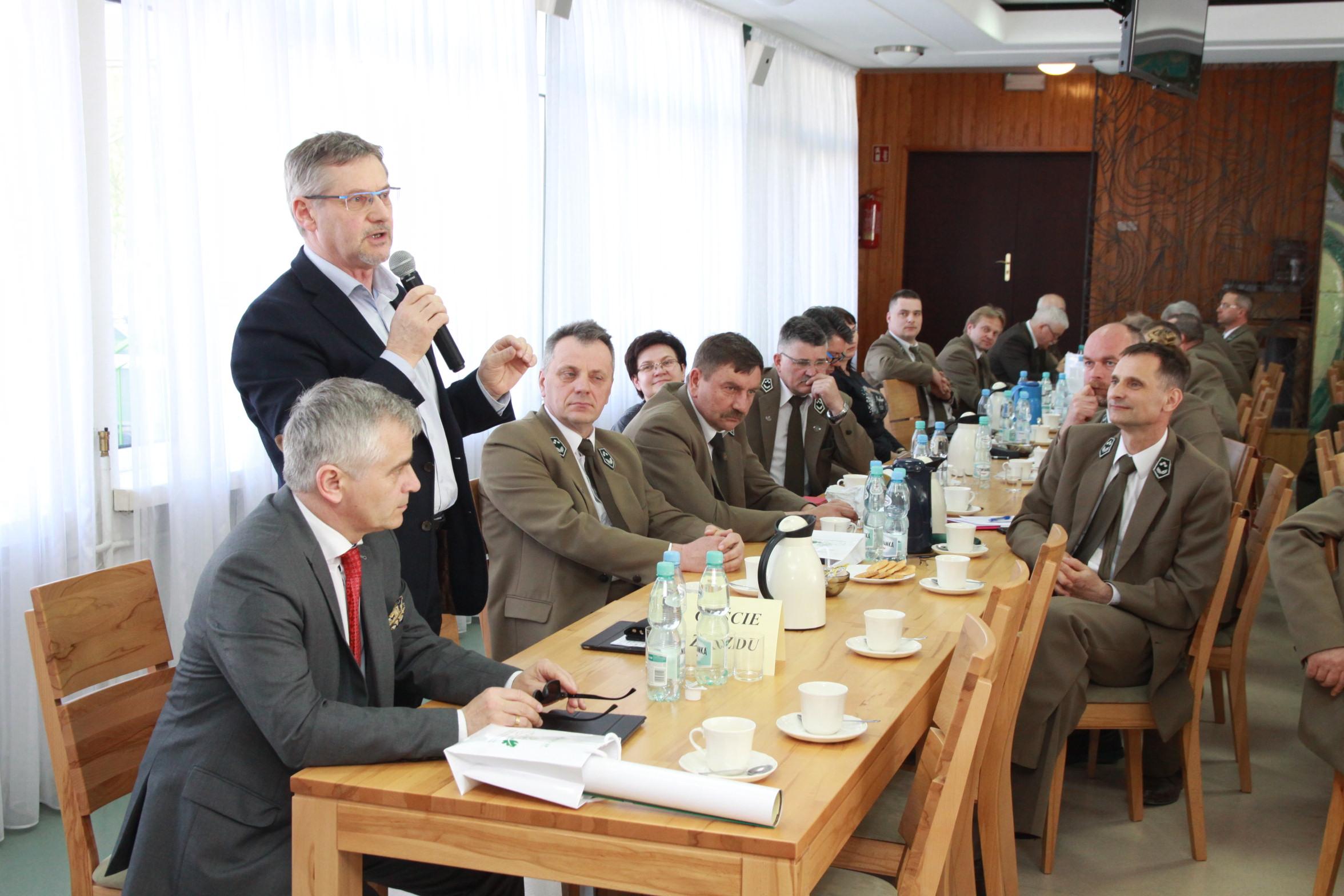 Fot. 6 Sala obrad. Posłowie Andrzej Maciejewski,  Janusz Cichoń